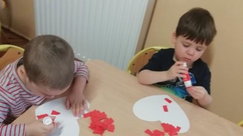 Obrazek galerii Przygotowania do święta naszych bezcennych Dziadków- grupa 1.